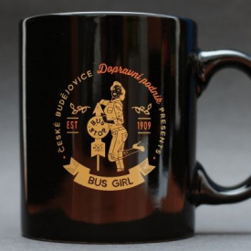 Black mug imprinted with the bus girl