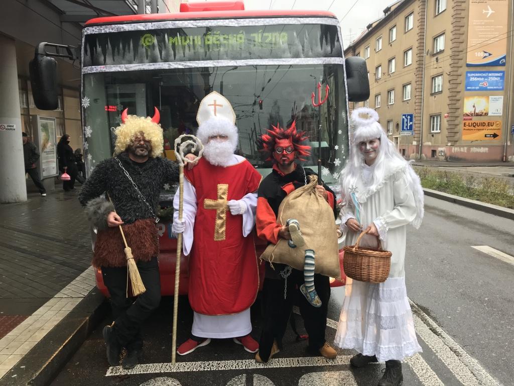 Mikuláš a jeho družina řádili v autobuse